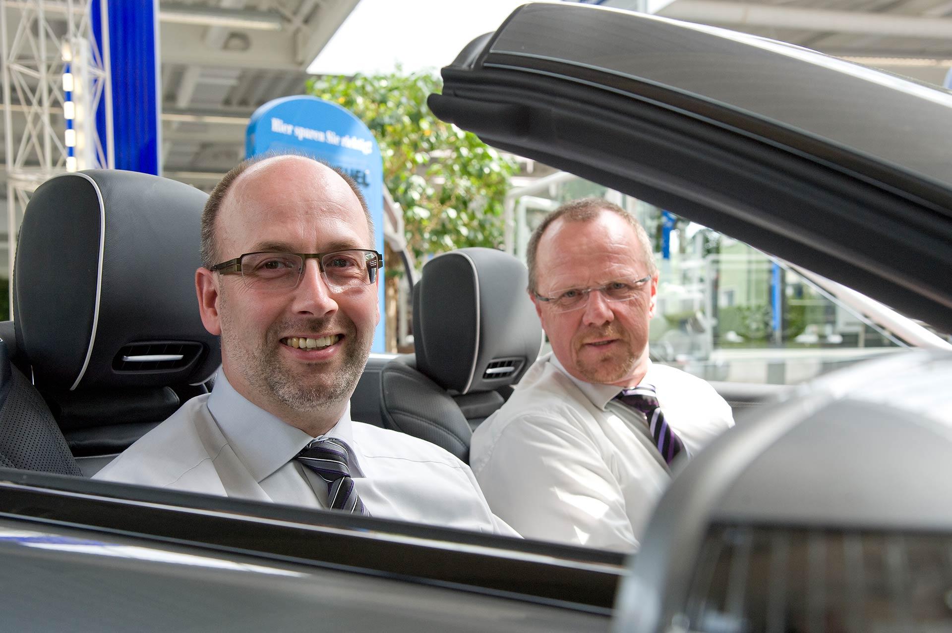 Harald Heitz (l.) und Heiner Schu, Geschäftsführer der Autohaus Hillenberg GmbH.